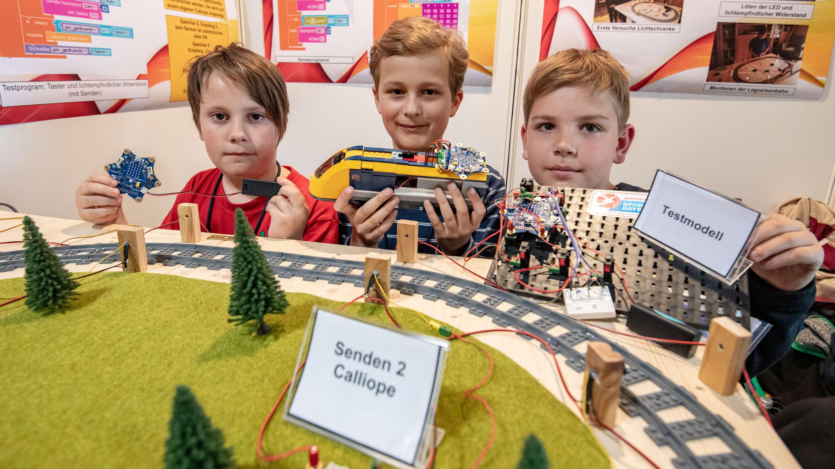 Schüler von der Grundschule Effeltrich (Lkr. Forchheim) präsentieren ihr Projekt einer Eisenbahnüberwachung.