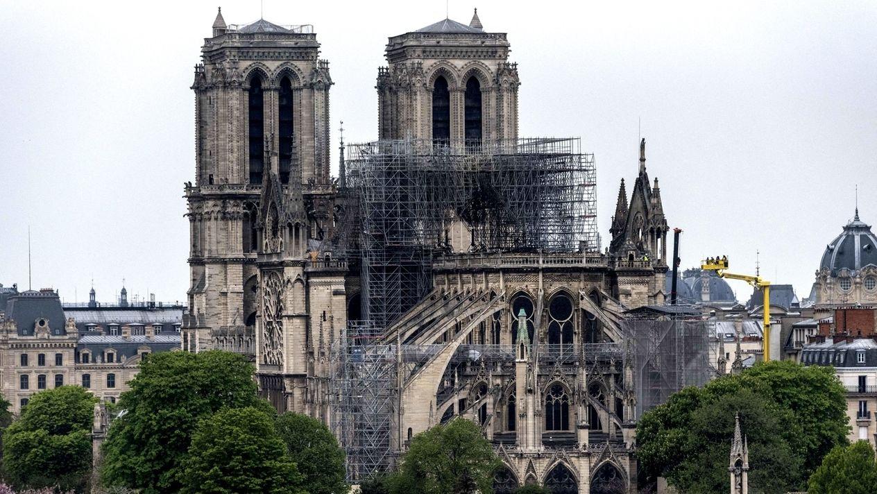 Das kaputte Stahlgerüst ragt immer noch inmitten der Kathedrale heraus. Es wird vermutlich im Sommer entfernt.