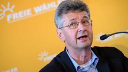 Michael Piazolo, Generalsekretär der Freien Wähler in Bayern, spricht vor einer gelben Wand in ein Mikrofon | Bild:picture alliance/Matthias Balk/dpa