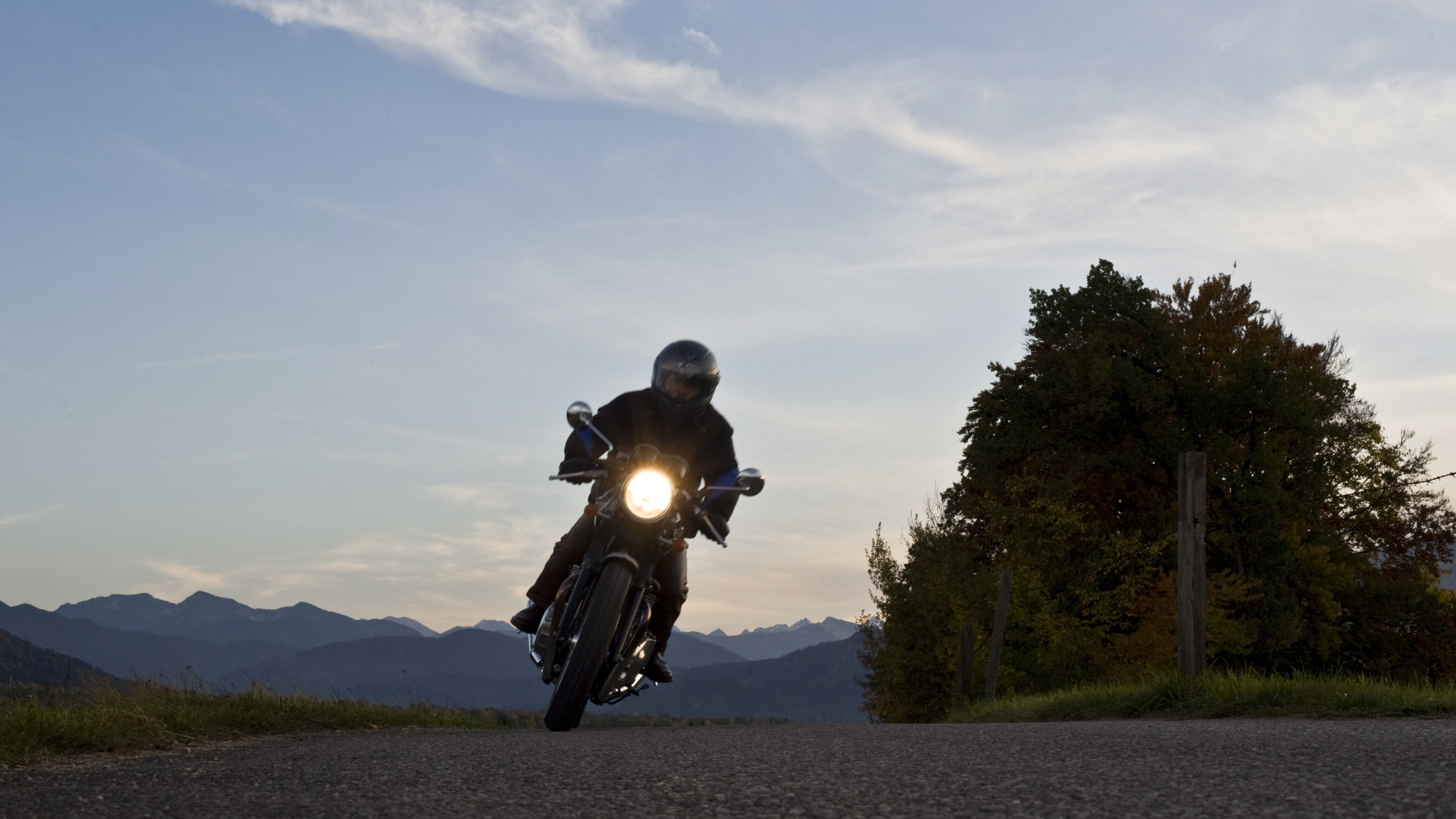 Motorradfahrer auf einer Landstraße (Symbolbild)