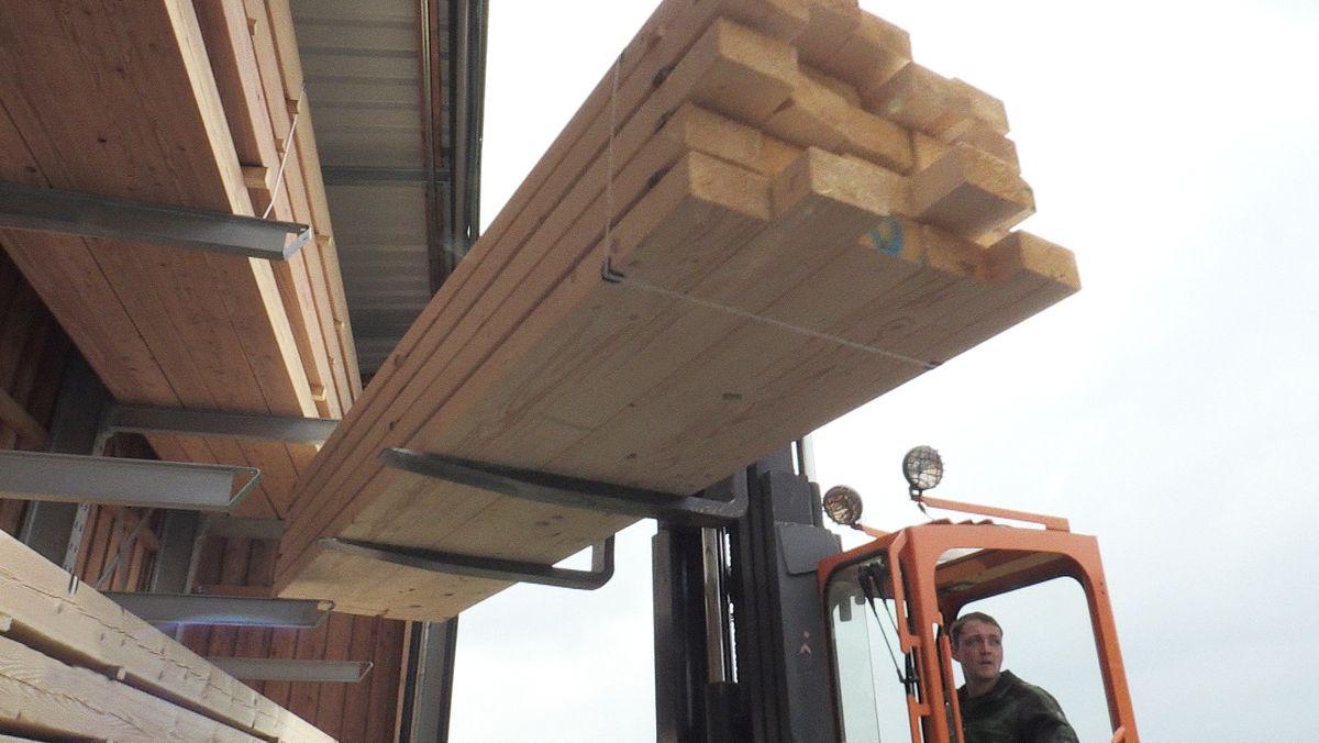 Holzleisten auf einem Gabelstapler