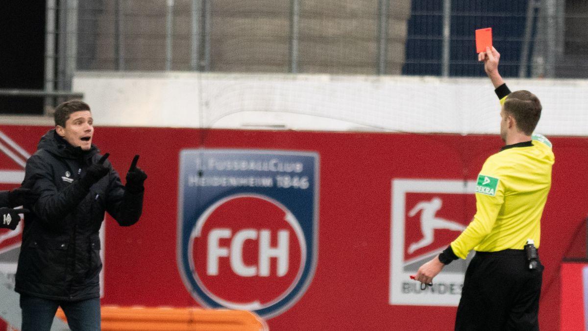 Schiedsrichter Michael Bacher zeigt Robert Klauß die Rote Karte