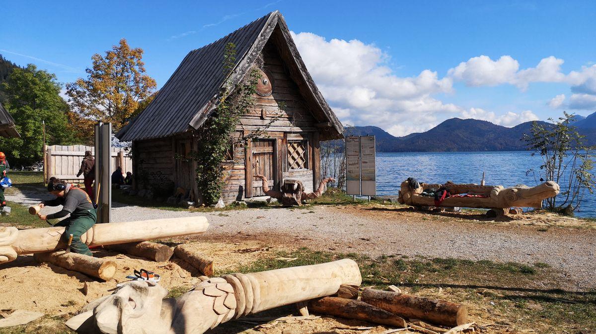 """Das Wikingerdorf """"Flake"""" ist morsch. Jetzt dürfen sich angehende Holzbildhauer aus Garmisch verewigen."""