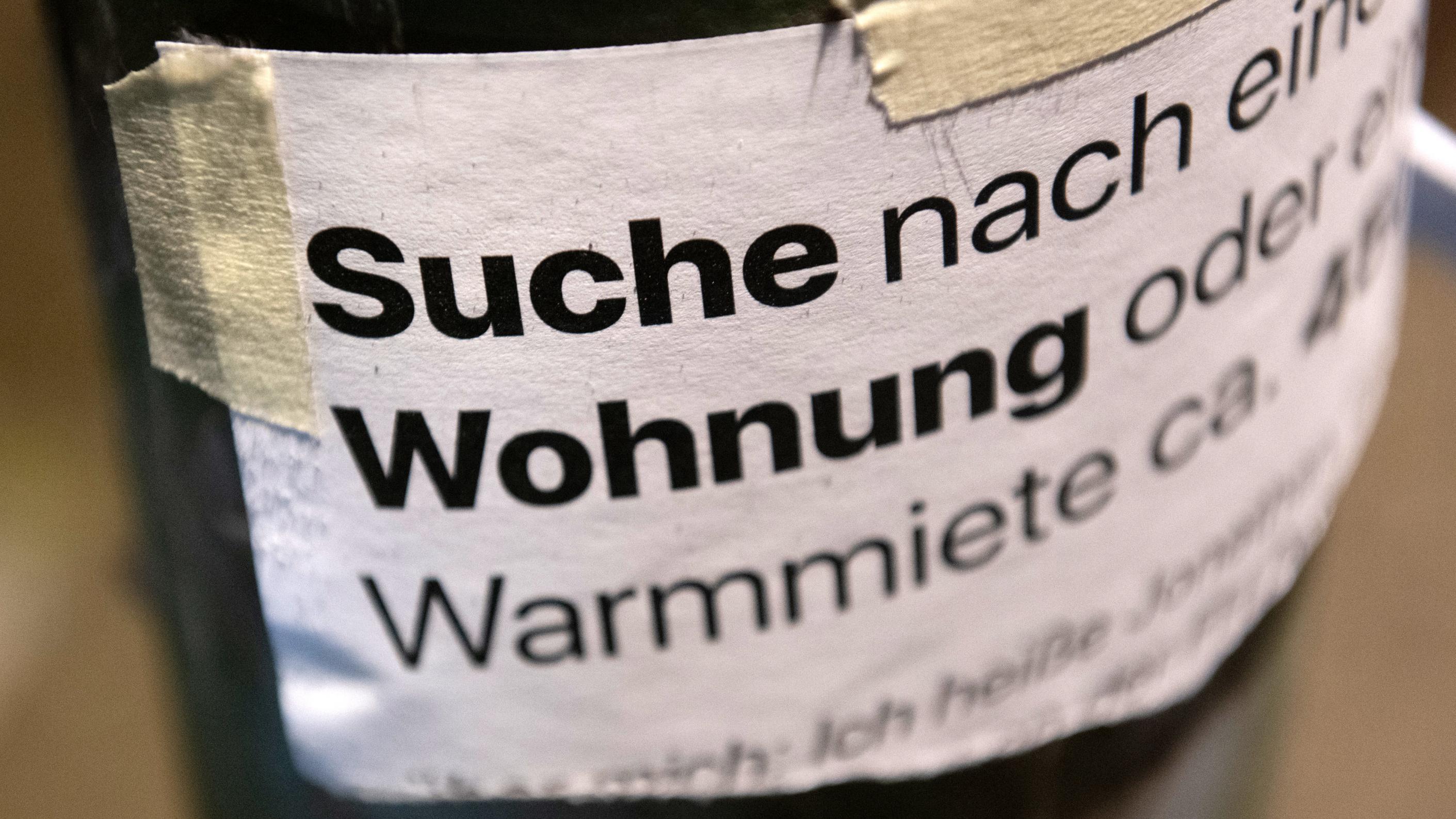 Berlin: «Suche Wohnung» steht auf dem Zettel an einer Laterne unweit des Gleimtunnels.