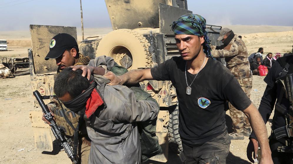 Soldaten einer irakischen Spezialeinheit verhaften einen IS-Kämpfer. | Bild:dpa-Bildfunk/Khalid Mohammed