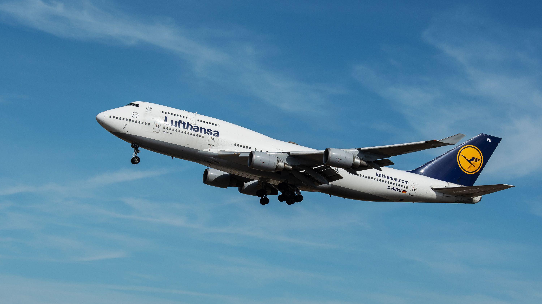 Eine Boeing 747 der Fluggesellschaft Lufthansa im Landeanflug auf den Flughafen Frankfurt.