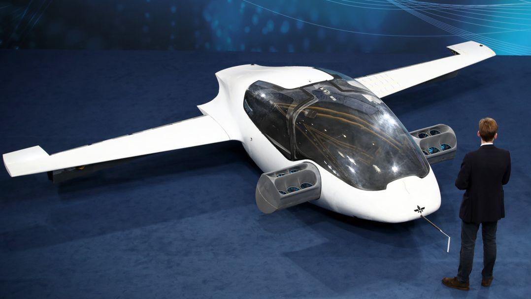 Der Prototyp eines Flugtaxis der Firma Lilium, davor steht ein Mann im dunklen Anzug