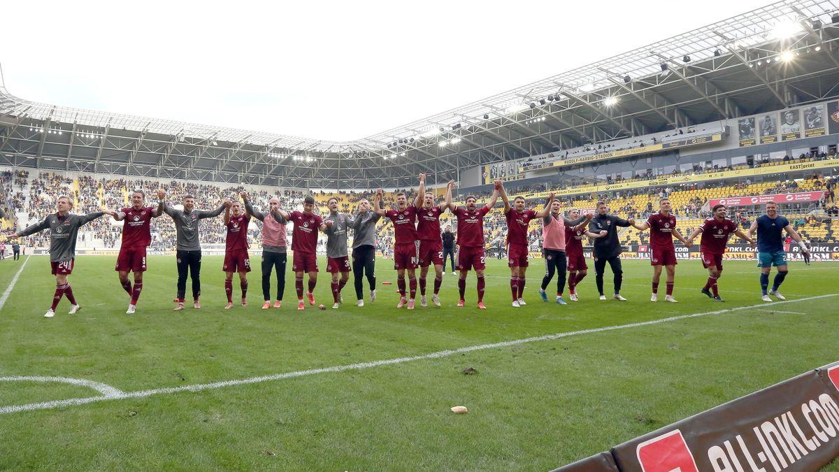 Nürnberger Spieler feiern den Sieg in Dresden
