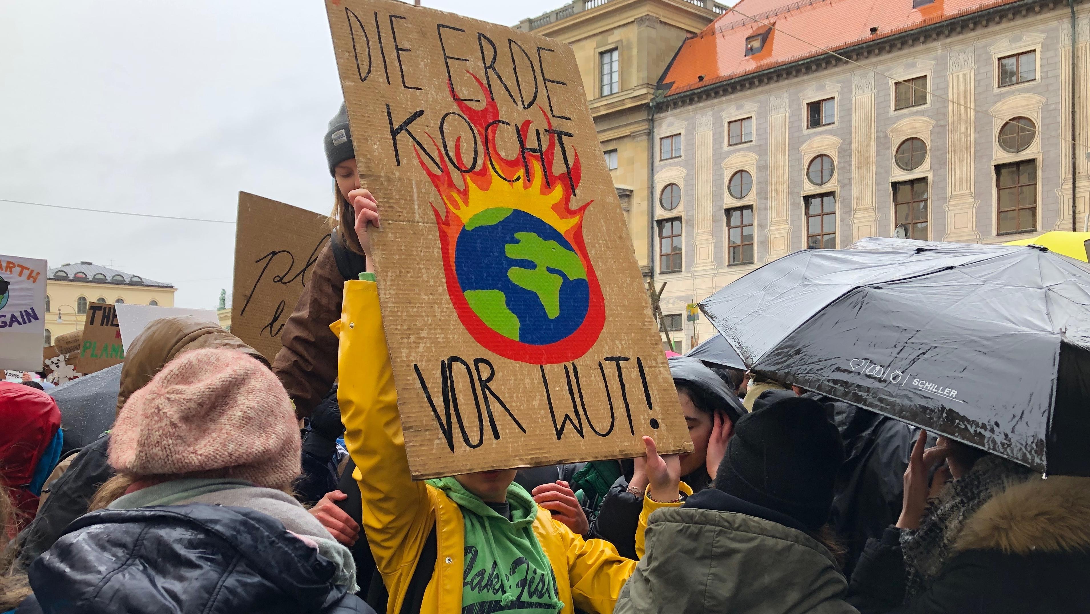 """Unter dem Motto """"Fridays for Future"""" demonstrieren Schüler in München für eine bessere Klimapolitik"""