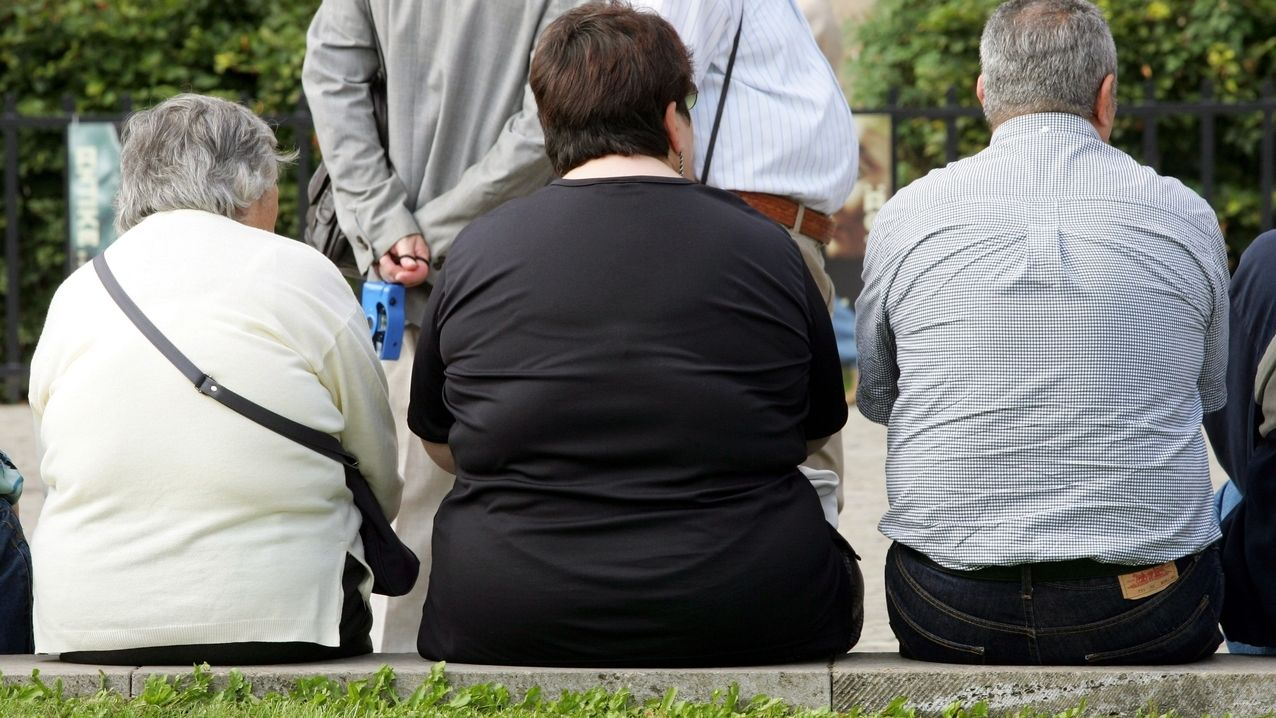 Mehrere übergwichtige Menschen von hinten