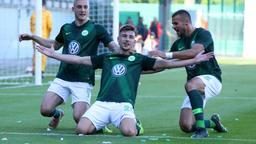 Jubelnde Wolfsburg-Spieler