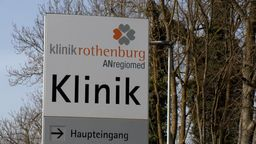 Schild am Eingang der ANregiomed-Klinik Rothenburg | Bild:BR Fernsehen