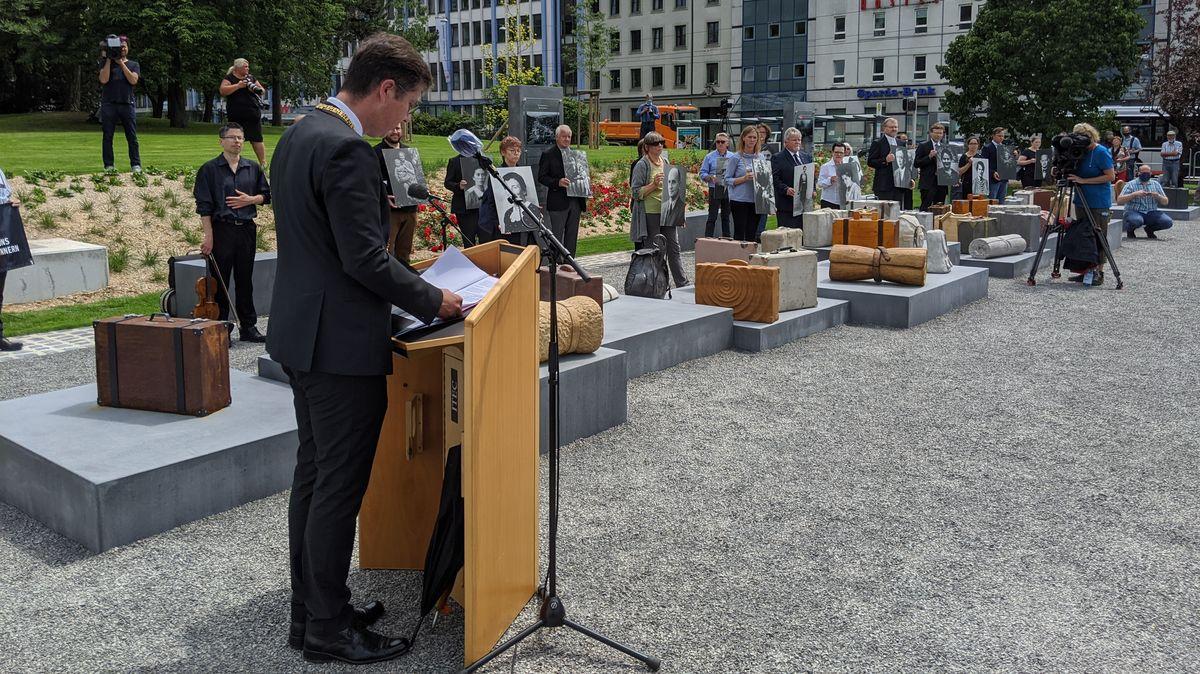 """Würzburgs Oberbürgermeister Christian Schuchardt (CSU) bei der Eröffnung des """"DenkOrts Deportation"""" am Bahnhof."""