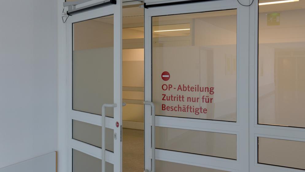 Offen stehende Türe zum OP-Bereich in der Donau-Ries Klinik Donauwörth | Bild:dpa-Bildfunk/Stefan Puchner
