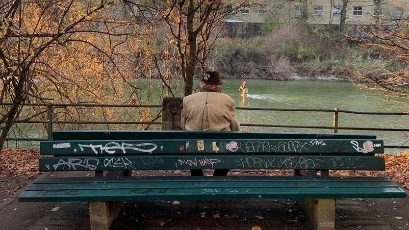 Älterer Herr auf einer Parkbank