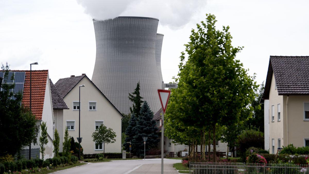 Die Kühltürme des Atomkraftwerks Gundremmingen bei Günzburg hinter Wohnhäusern