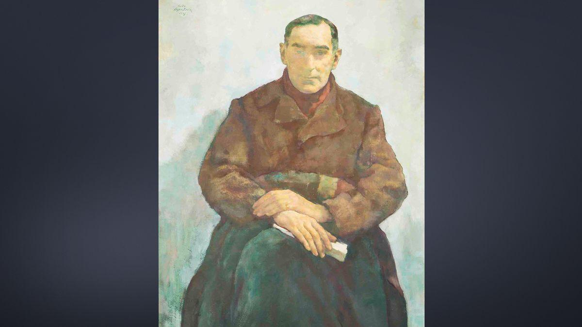 """Bildnis """"Der Emigrant"""" von Lotte Laserstein, ein Mann mit Mantel und melancholischem Blick in düsteren Farben vor hellem Hintergrund"""