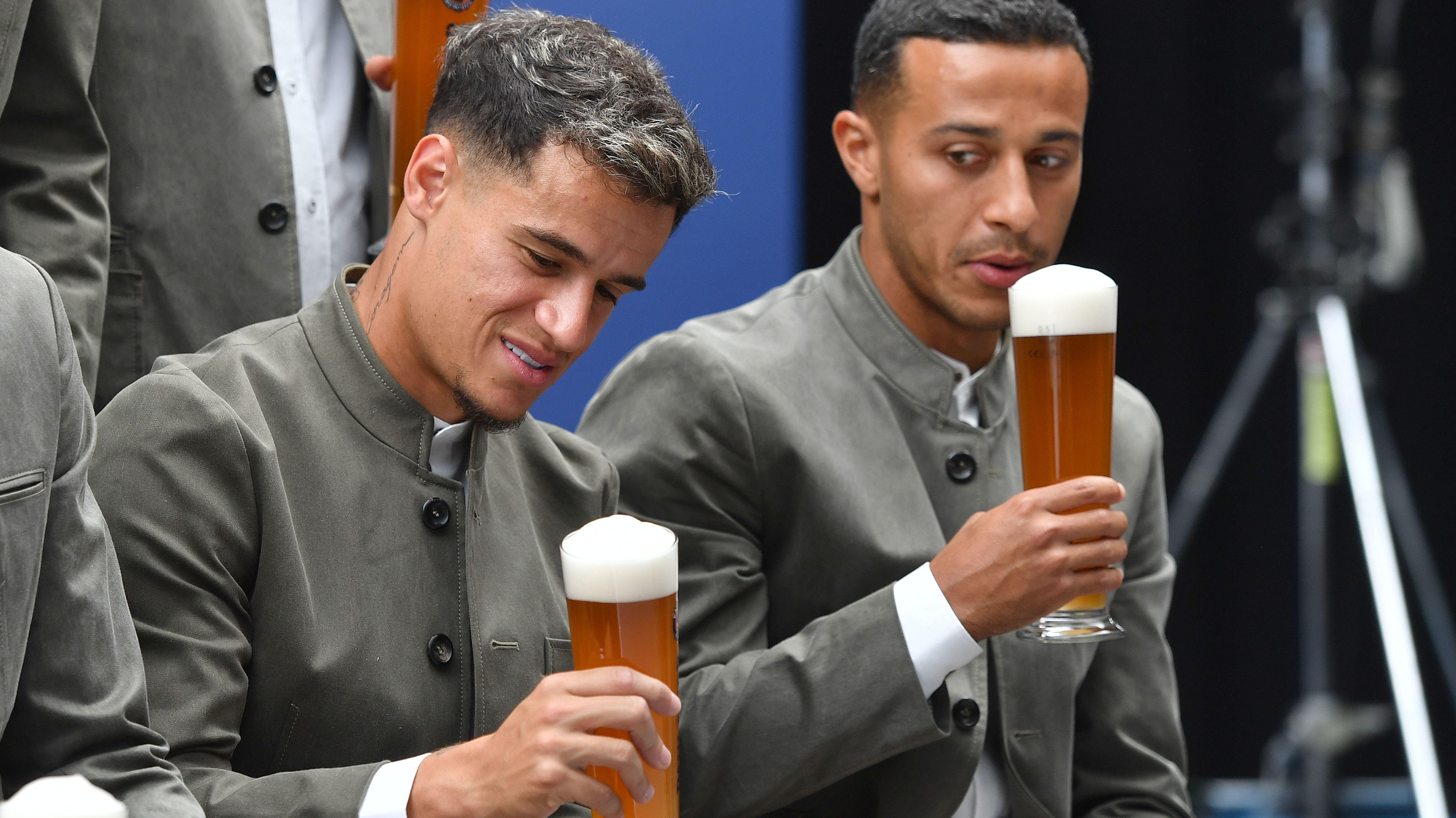 Philippe Coutinho und Thiago vom FC Bayern mit Weissbier und Lederhosen