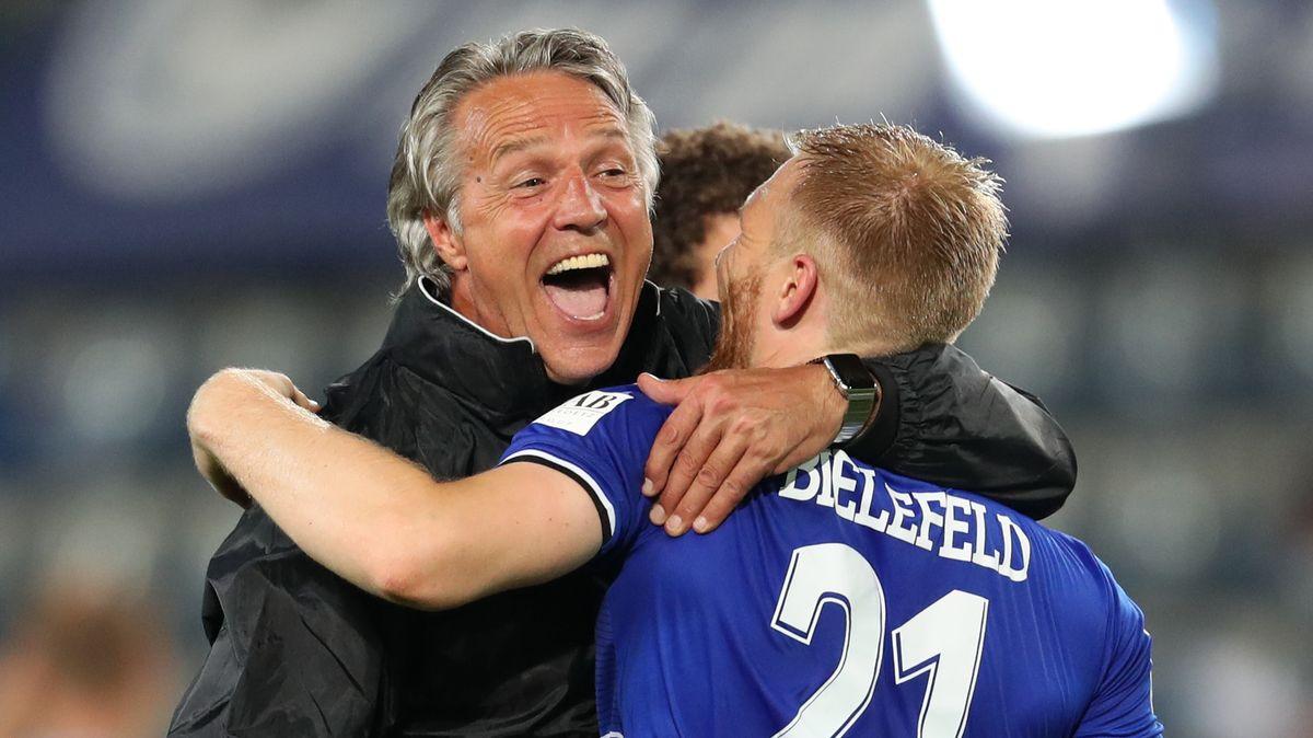 Bielefelds Trainer Uwe Neuhaus feiert mit einem seiner Spieler