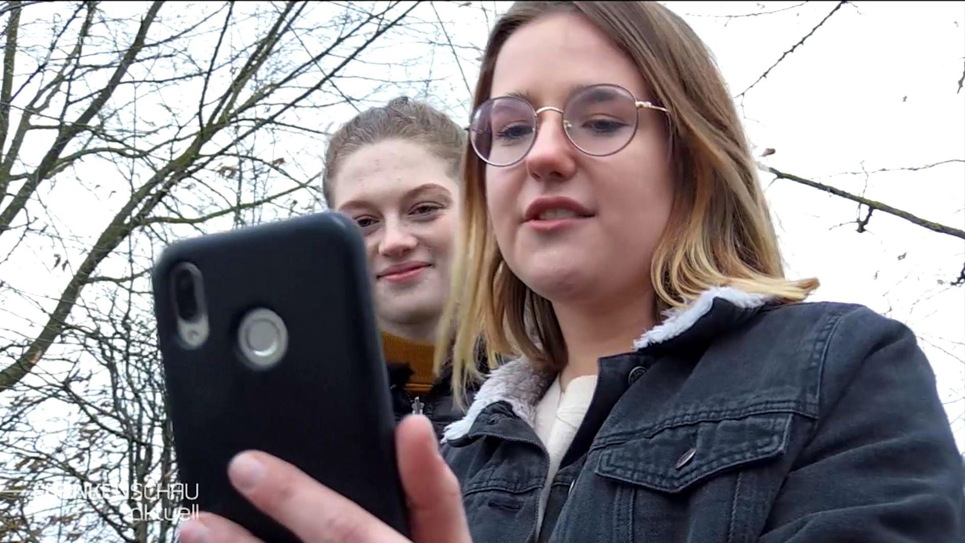 """Emma Bindrum und Paula Christof gründeten in Hammelburg die Liste """"Generation Z"""". Damit wollen die beiden 18-Jährigen in den Stadtrat einziehen."""