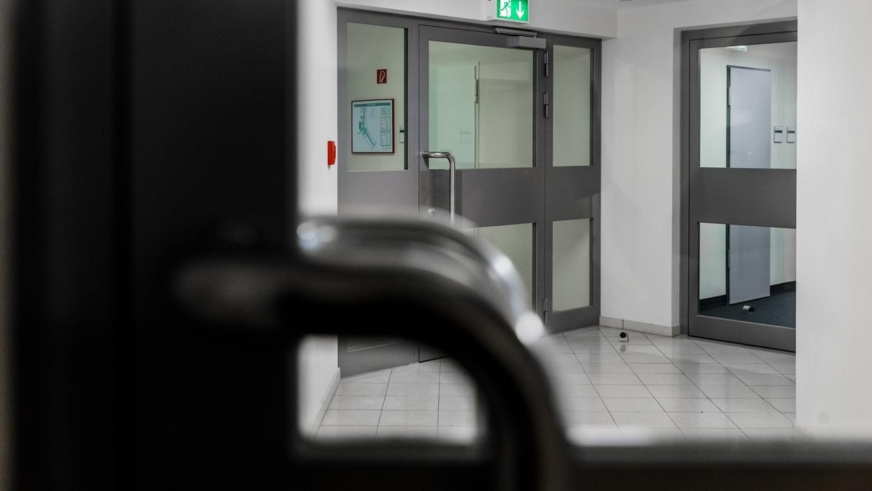 Ein Flur mit mehreren geschlossenen Türen