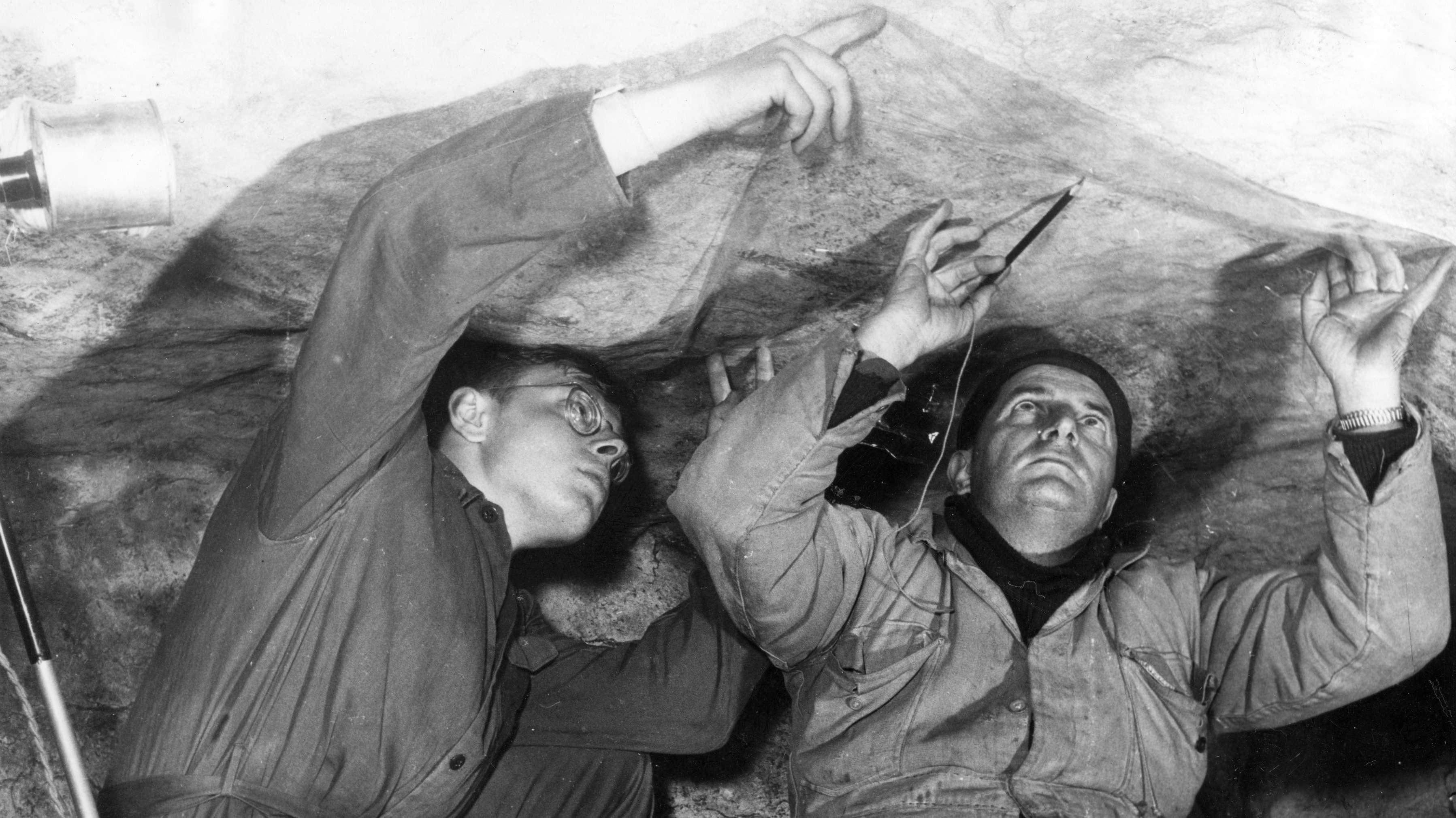 Historische Aufnahme: Die originalen Höhlenmalereien von Lascaux werden kopiert.