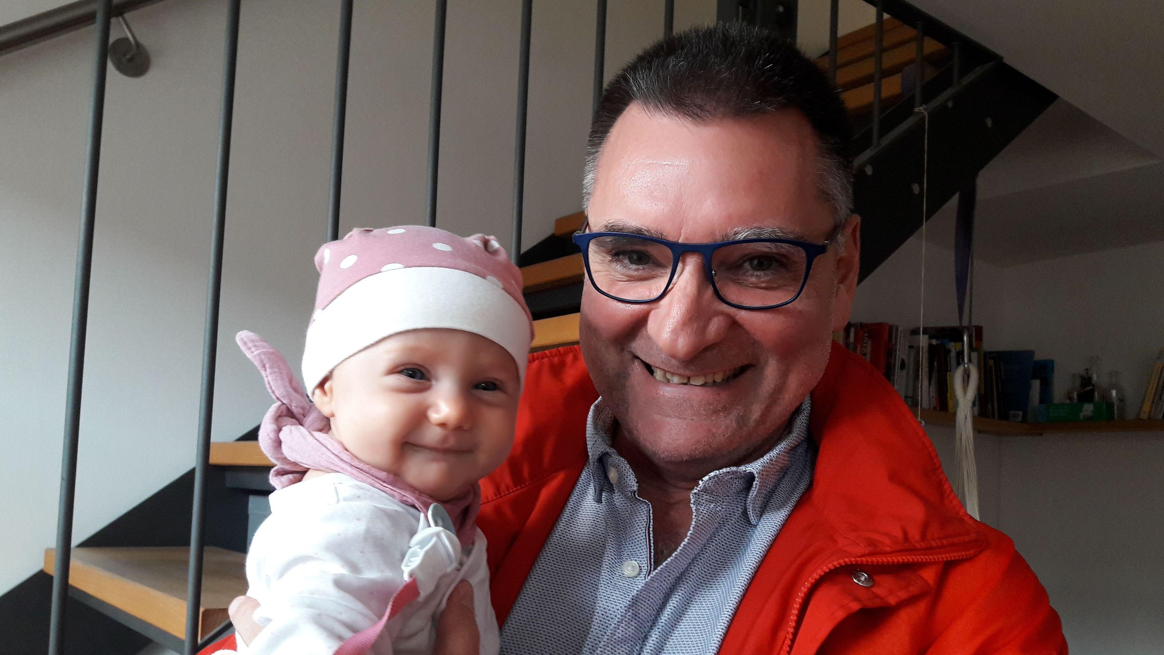 Kinderintensivarzt Michael Schroth mit der vier Monate alten Salome auf dem Arm