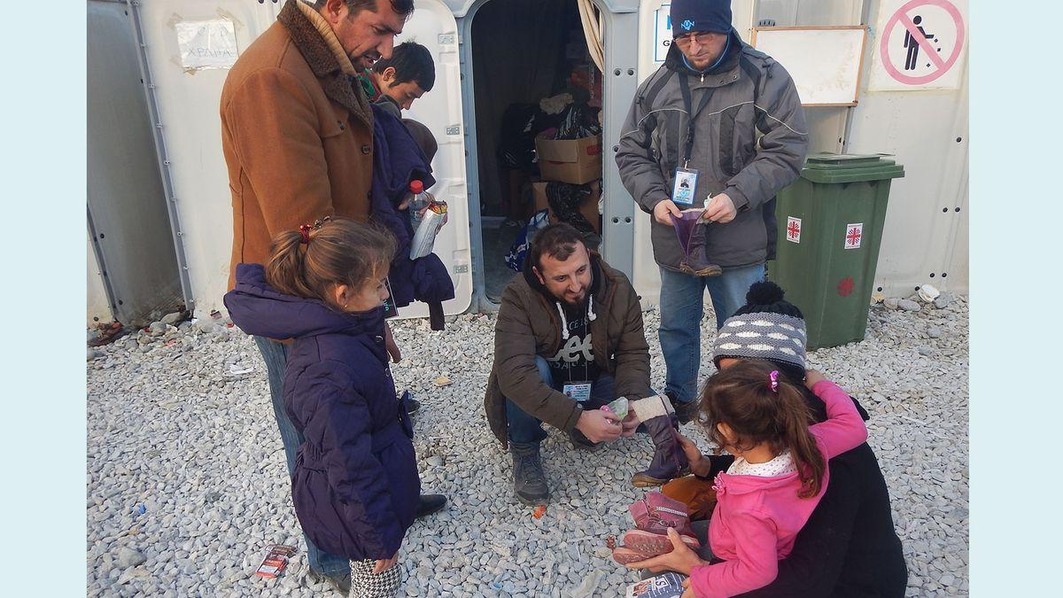 Familie mit Kindern wird von NGO betreute