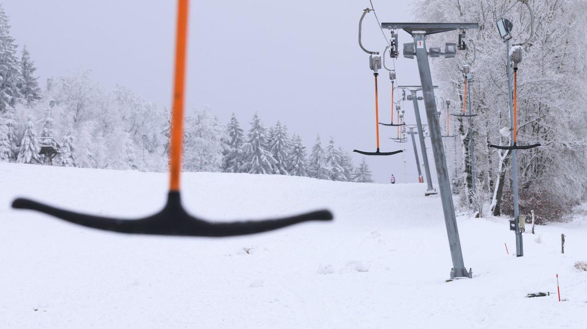 Ein Schlepplift in verschneiter Naturlandschaft