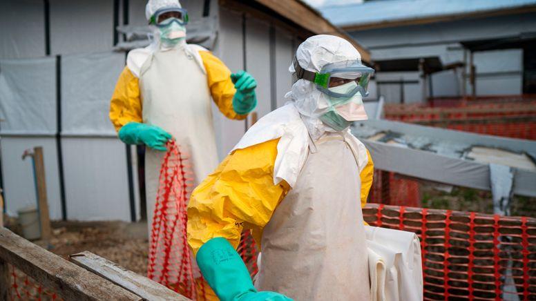 Demokratische Republik Kongo: Helfer kommen in Schutzanzügen zu ihrer Schicht in einem Behandlungszentrum mit Ebola-Erkrankten (Archiv)   Bild:dpa-Bildfunk/Jerome Delay