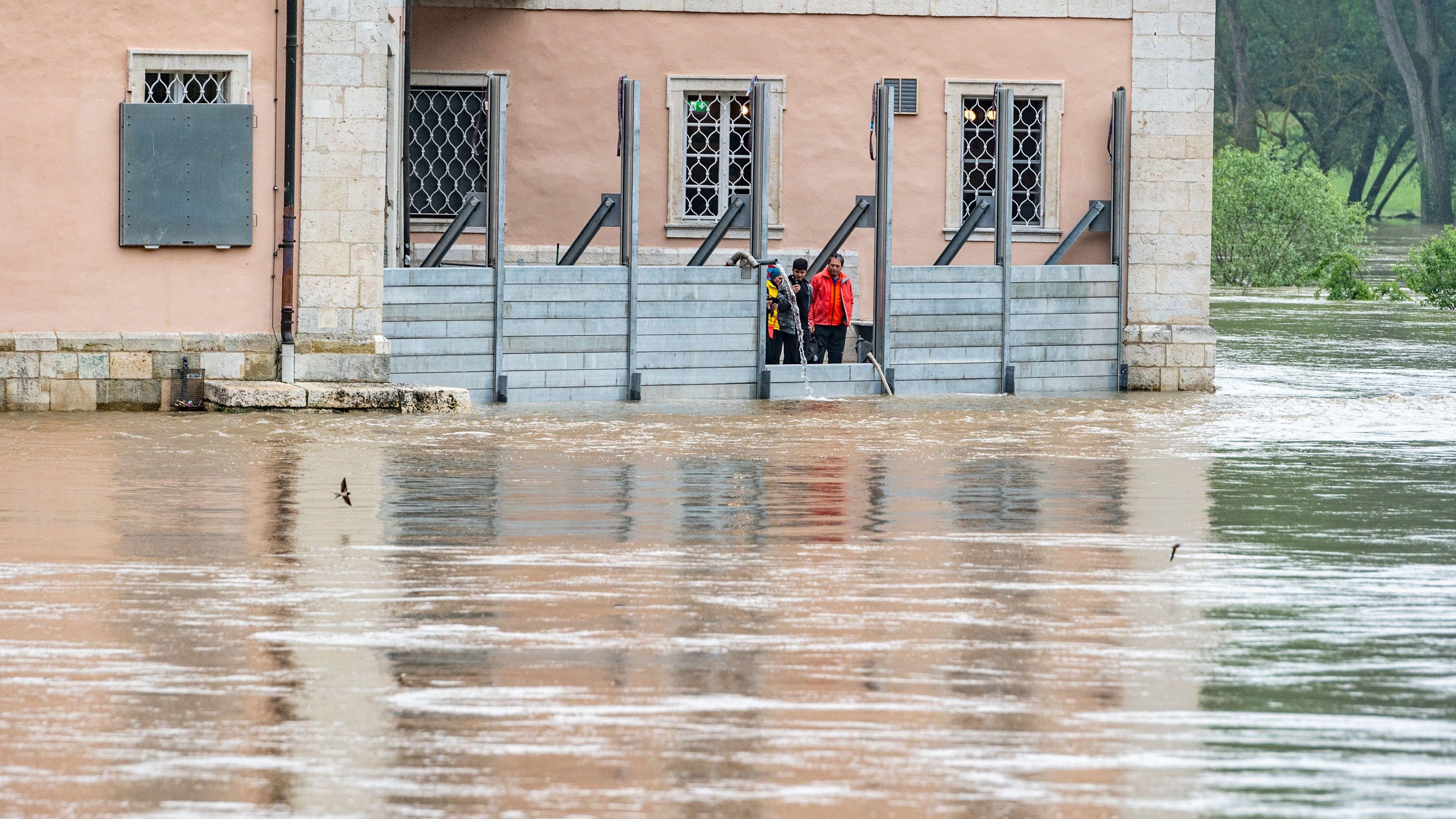 Das Kloster Weltenburg steht im Hochwasser der Donau.