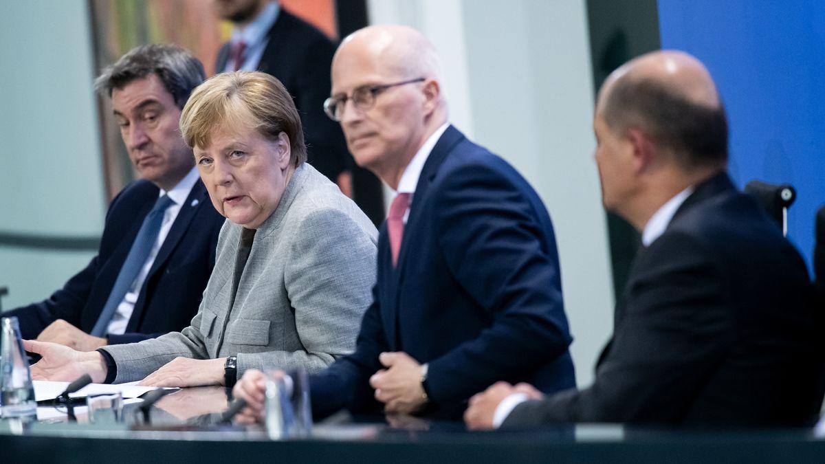 Markus Söder (l-r, CSU), Ministerpräsident von Bayern, Bundeskanzlerin Angela Merkel (CDU), Peter Tschentscher (SPD), Erster Bürgermeister von Hamburg, und Olaf Scholz (SPD),