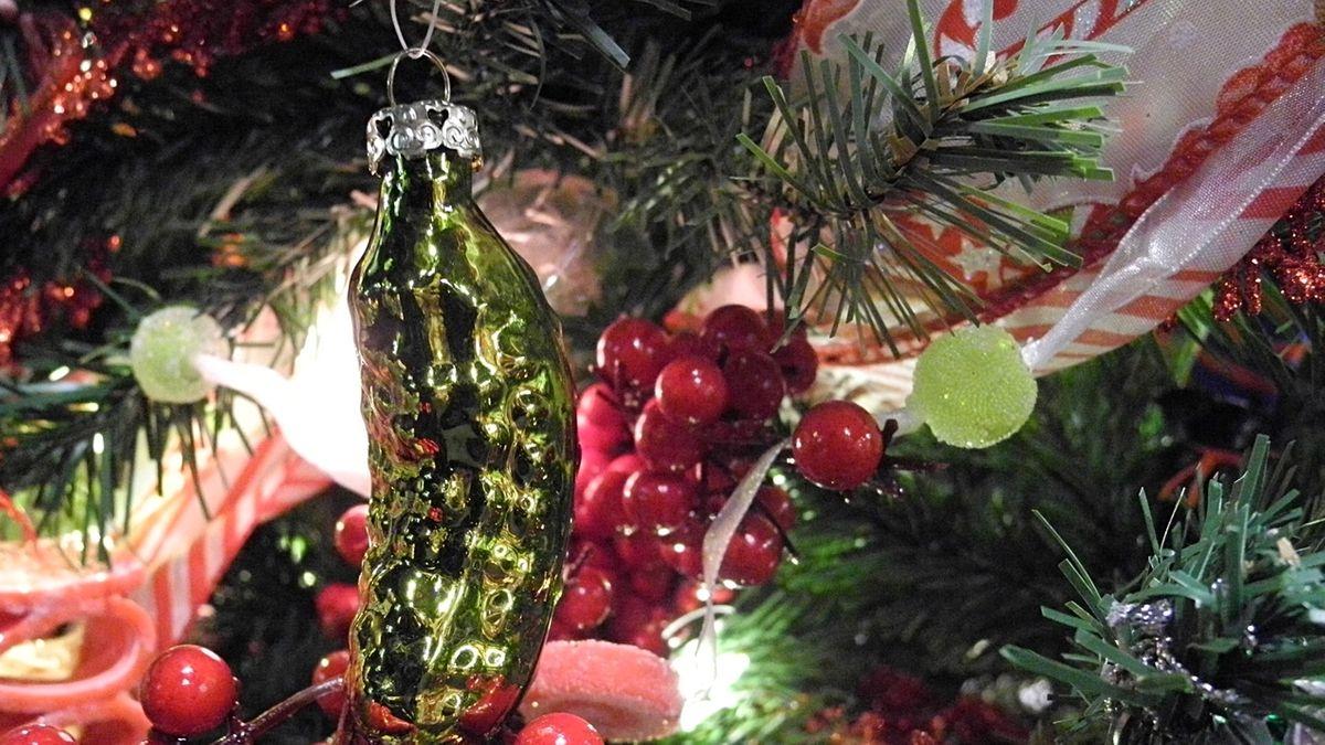 Gurke am Weihnachtsbaum