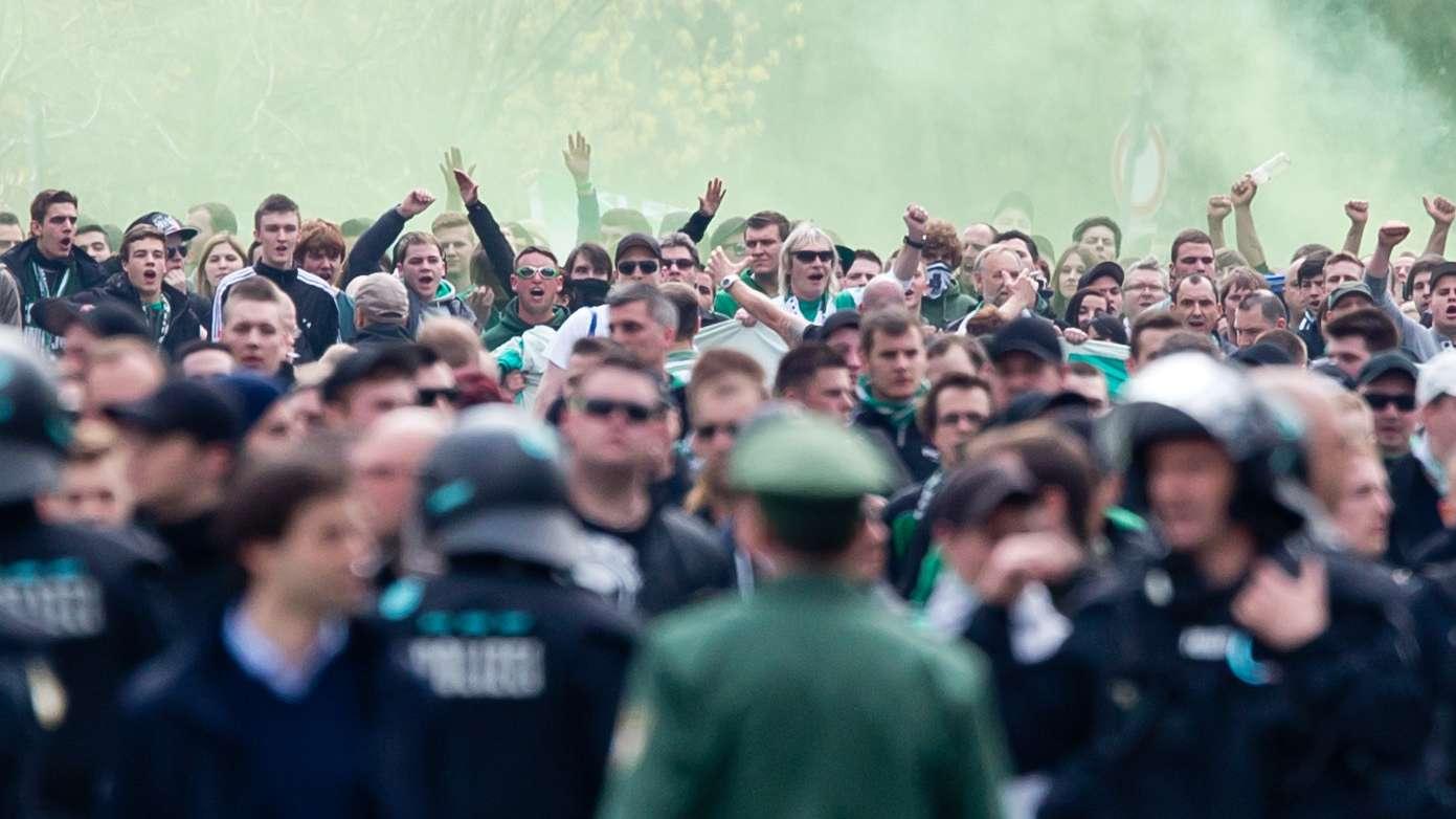 Polizei und Fans bei einem Spiel zwischen dem 1. FC Nürnberg und der SpVgg Greuther Fürth