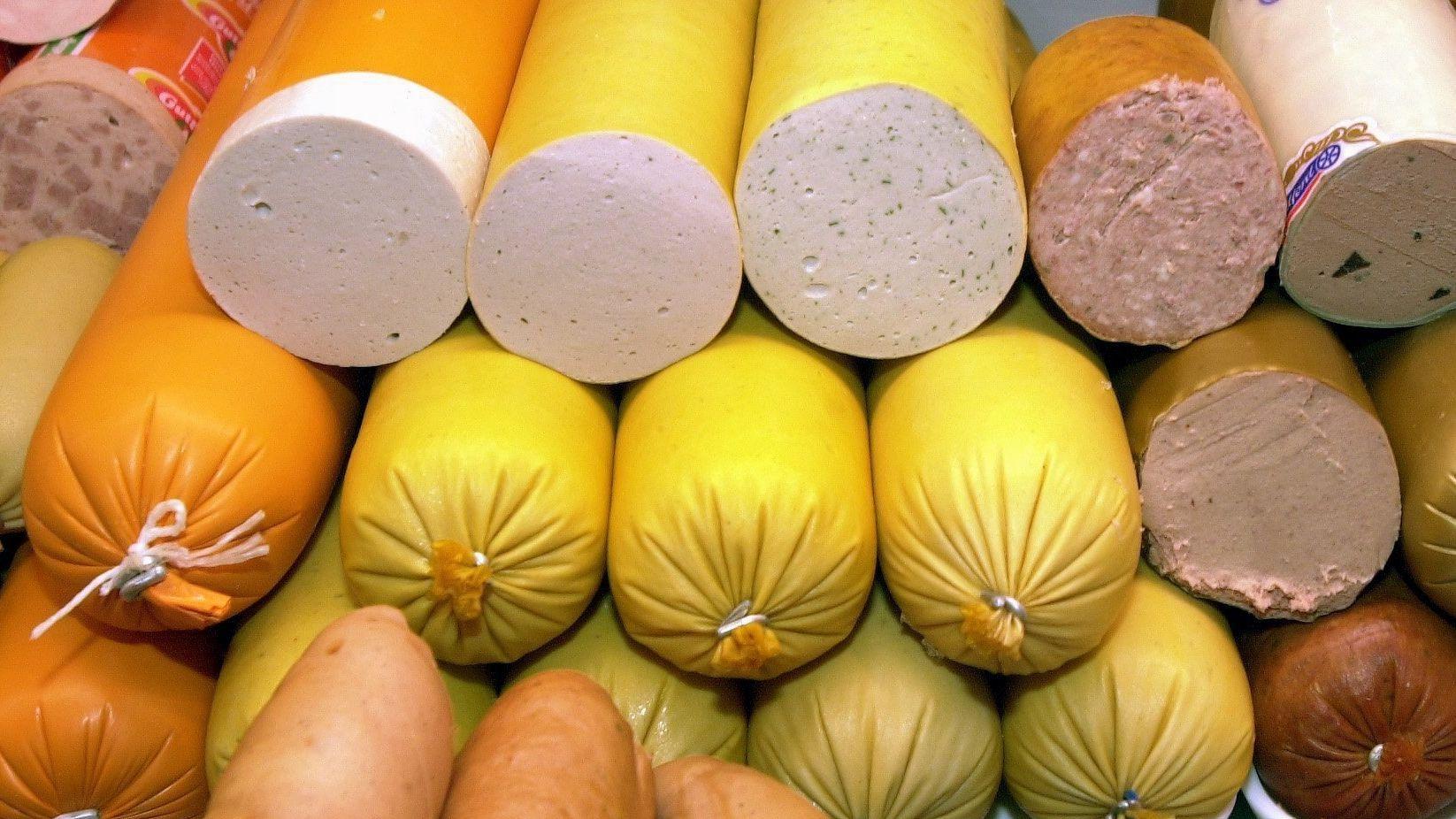 Verschiedene Gelb- und Leberwurstsorten in einer Metzgerei (Symbolbild)