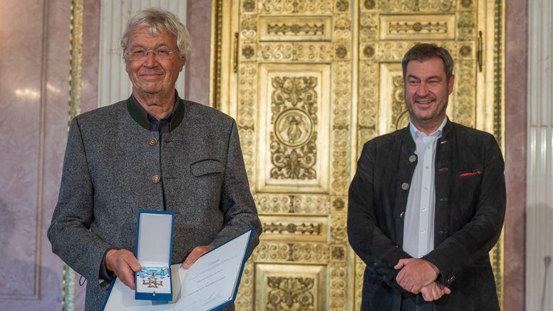 Gerhard Polt (links) erhält von Markus Söder den Bayerischen Verdienstorden   Bild:picture alliance/dpa   Peter Kneffel