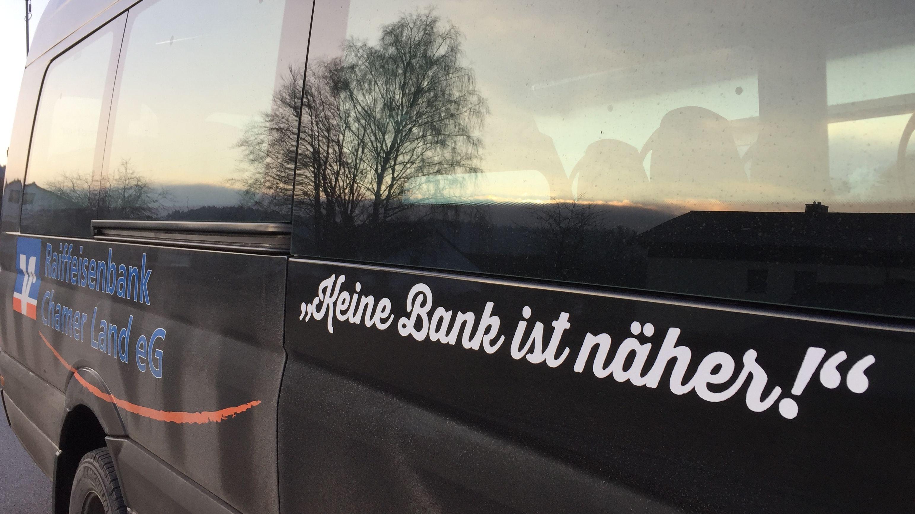 """Der Werbespruch """"Keine Bank ist näher"""" wirkt auf verärgerte Bürger von Zell im Kreis Cham vermutlich wie ein schlechter Witz"""