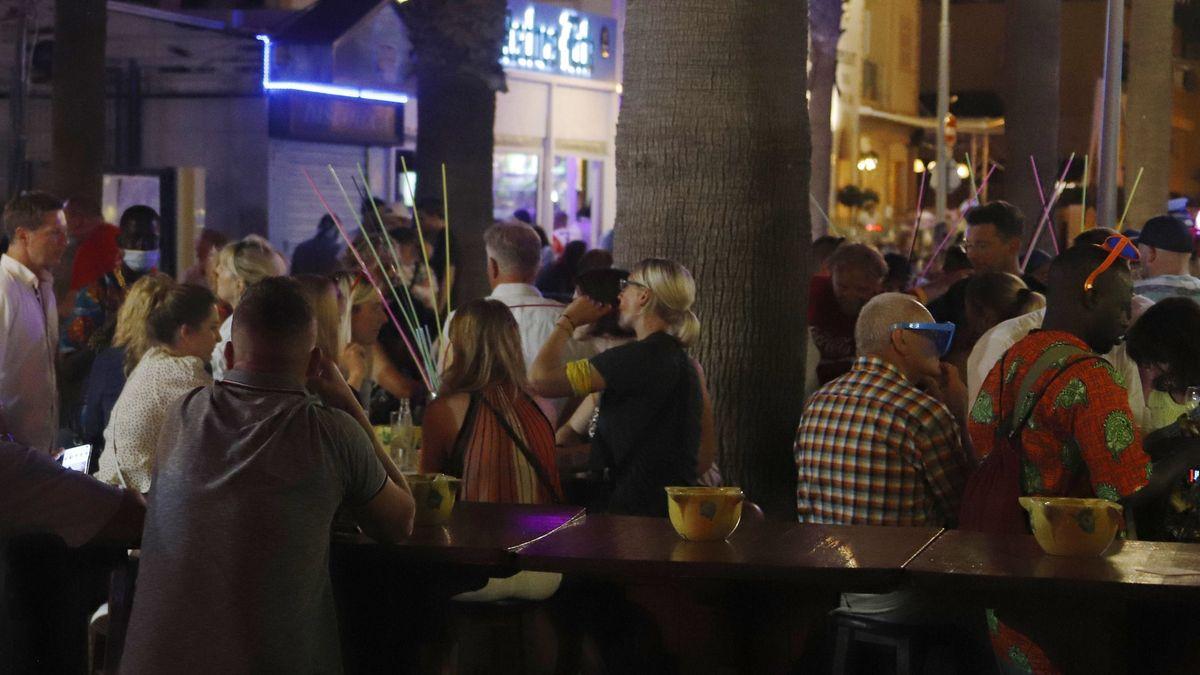 Touristen sitzen dicht beieinander in einem Lokal auf Mallorca.