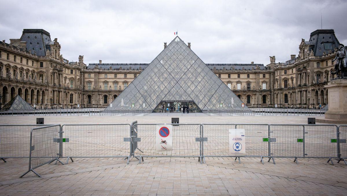 Der Louvre ein Kunstmuseum in Paris, mit Absperrung  vor der Glaspyramide im Innenhof des Louvre.