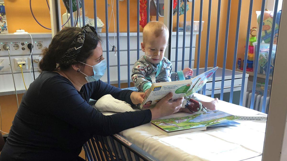 Lukas mit seiner Mutter Daniela Huber in der Kinder-Uniklinik in Erlangen