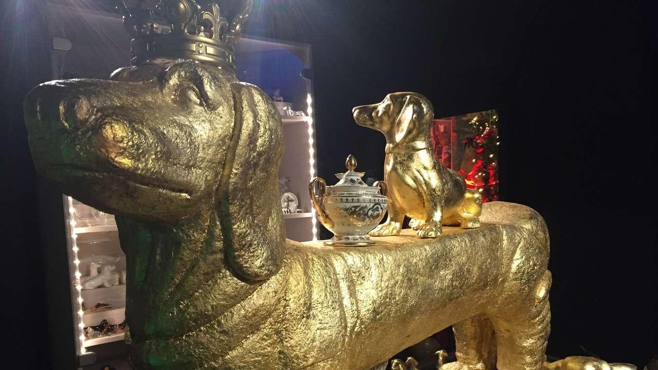 """Im Dackelmuseum: ein riesiger Gold-Dackel, der als """"Krone der Dackel-Schöpfung"""" gesehen werden kann."""