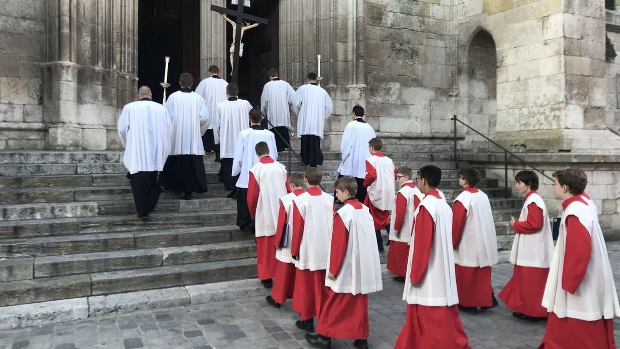 Die Regensburger Domspatzen ziehen in den Dom ein.