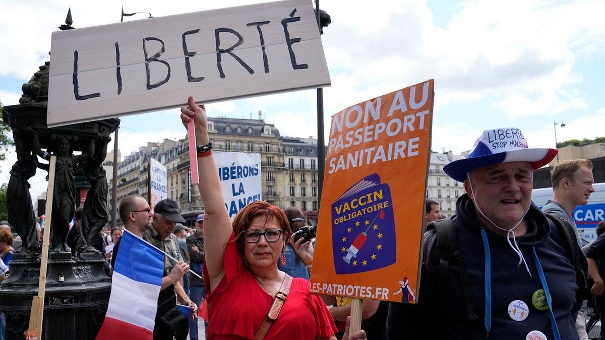 """Demonstranten ohne Mund-Nasen-Schutz nehmen an einer Protestaktion in Paris gegen Coronamaßnahmen teil und halten dabei Transparente mit der Aufschrift """"Freiheit"""" hoch."""