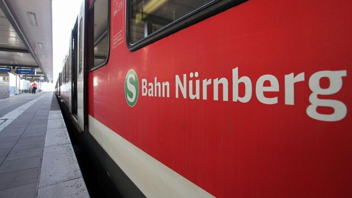 Ein Zug mit der Aufschrift S-Bahn Nürnberg