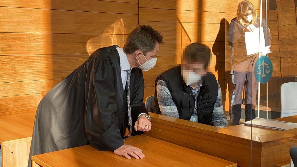 Der Angeklagte vor Prozessbeginn mit seinem Rechtsanwalt am Landgericht Traunstein.