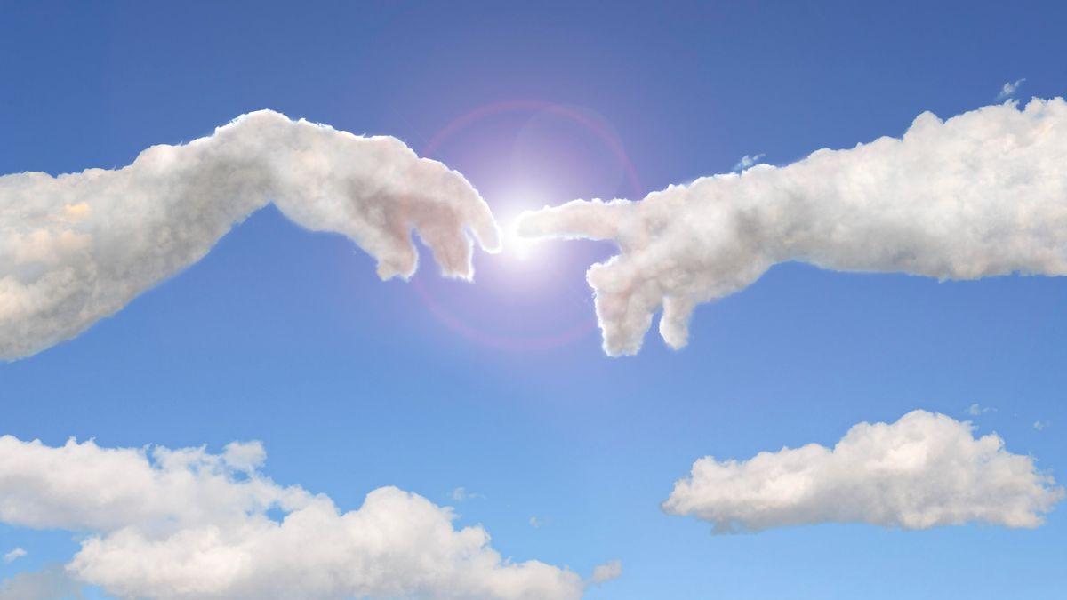 """Eine Wolkenformation zeigt """"Die Erschaffung Adams"""" des Malers Michelangelo"""