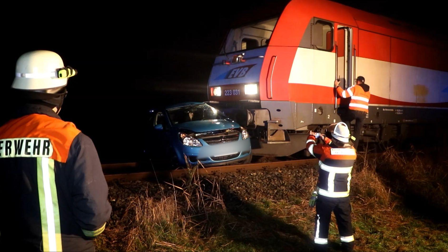 Bei einem Zusammenstoß mit einem Güterzug in Niederbayern sind eine Autofahrerin und ihre zwei Mitfahrer schwer verletzt worden.