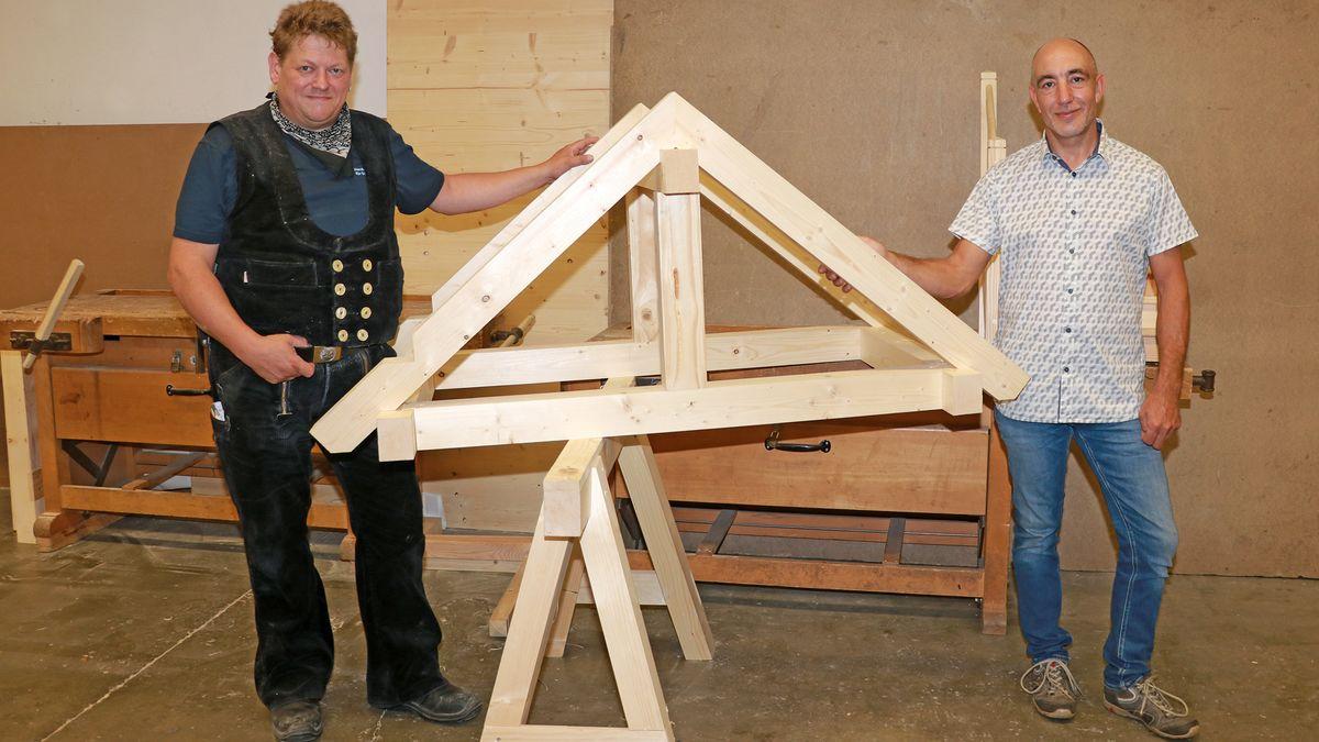 Beginnt mit 42 Jahren eine Lehre zum Zimmerer: Josef Wirtz (rechts).