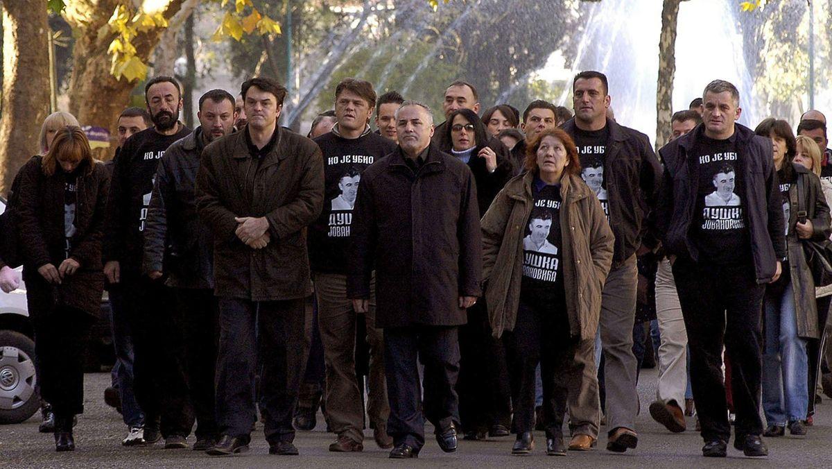 Eine Gruppe Protestierender trägt schwarze T-Shirts mit Aufschrift