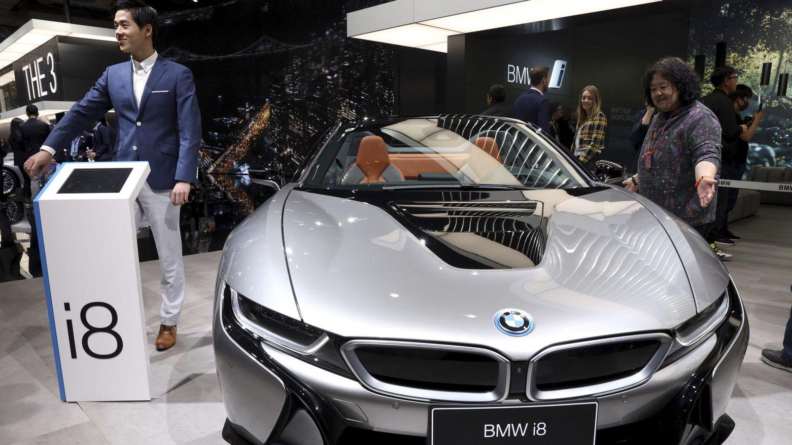 """Der deutsche Autohersteller BMW zeigt auf der Automesse """"Auto Shanghai"""" den Hybrid-Sportwagen BMWi8."""